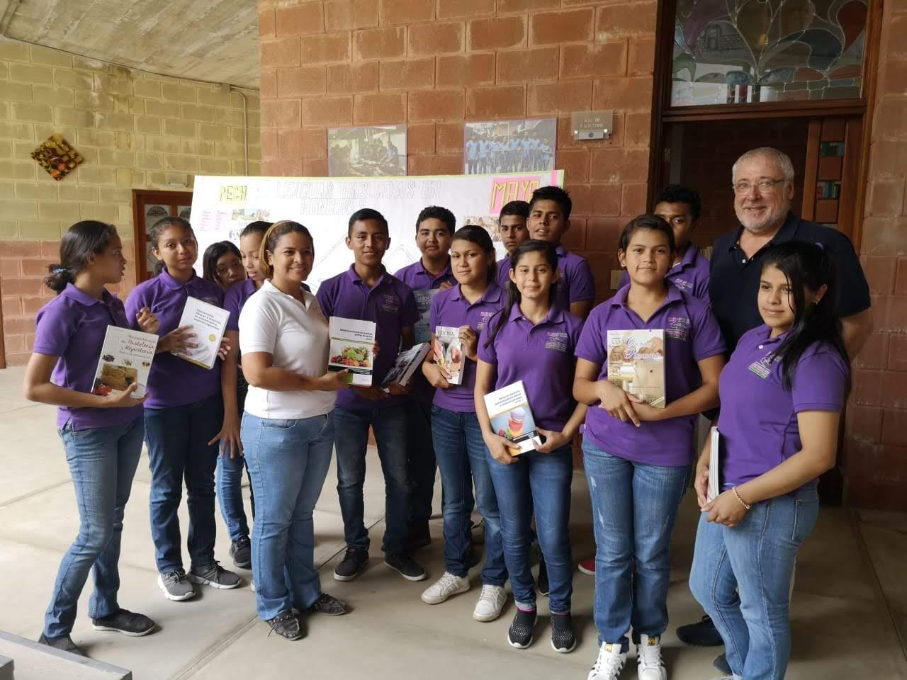 Entrega de Libros. Donación de Fundación Verón y Ediciones Paraninfo.